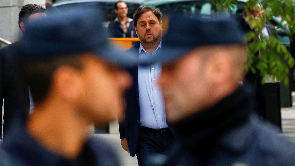 Tres policías se ríen de Junqueras a la salida de la AN.Lapolicía dice que lo investigará.