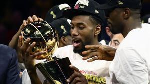 Kawhi Leonard sostiene el trofeo de campeón de la NBA tras el triunfo ante los Warriors
