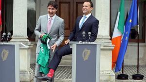 El primer ministro irlandés muestra los calcetines que lleva en homenaje a su homólogo candiense.