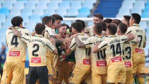 Los jugadores del Espanyol celebran el ascenso logrado este sábado en Zaragoza.