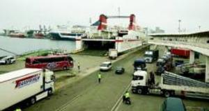Carga de un buque en el muelle de Sant Bertran donde Trasmediterránea ha ampliado su terminal, ayer.