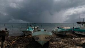 México se prepara para el impacto del huracán 'Delta'. En la foto, las playas del balneario de Cancún amenazadas por el huracán.