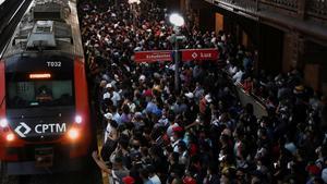 Aglomeraciones en la estación La Luz de Sao Paulo (Brasil) en plena ola de coronavirus.