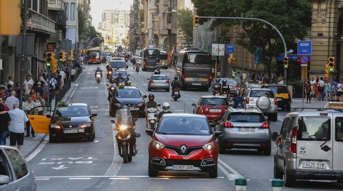 Vehículos en la Via Laietana.