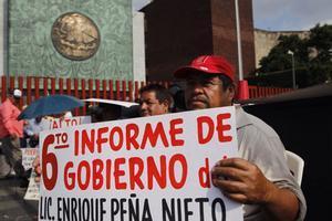 La sociedad protesta durante la entrega del sexto Informe de Gobierno de Enrique Peña Nieto, presidente de México.