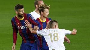 Piqué y De Jong, en una jugada de ataque.