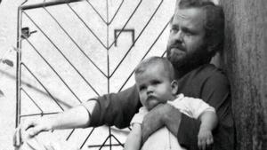 El pequeño Marcos Giralt Torrente en brazos de su padre, Juan Giralt, en Pontevedra (1968)