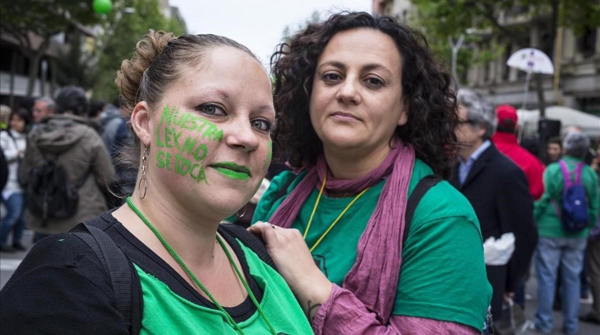 Mirian Coronas, a la izquierda, y Yolanda Latorre, el miércoles en una cacerolada en defensa de la ley antidesahucios y pobreza energética.