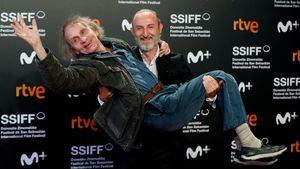Michael Houellebecq, en brazos del director Guillaume Nicloux, tras la prsentación de 'Thalasso' en San Sebastián