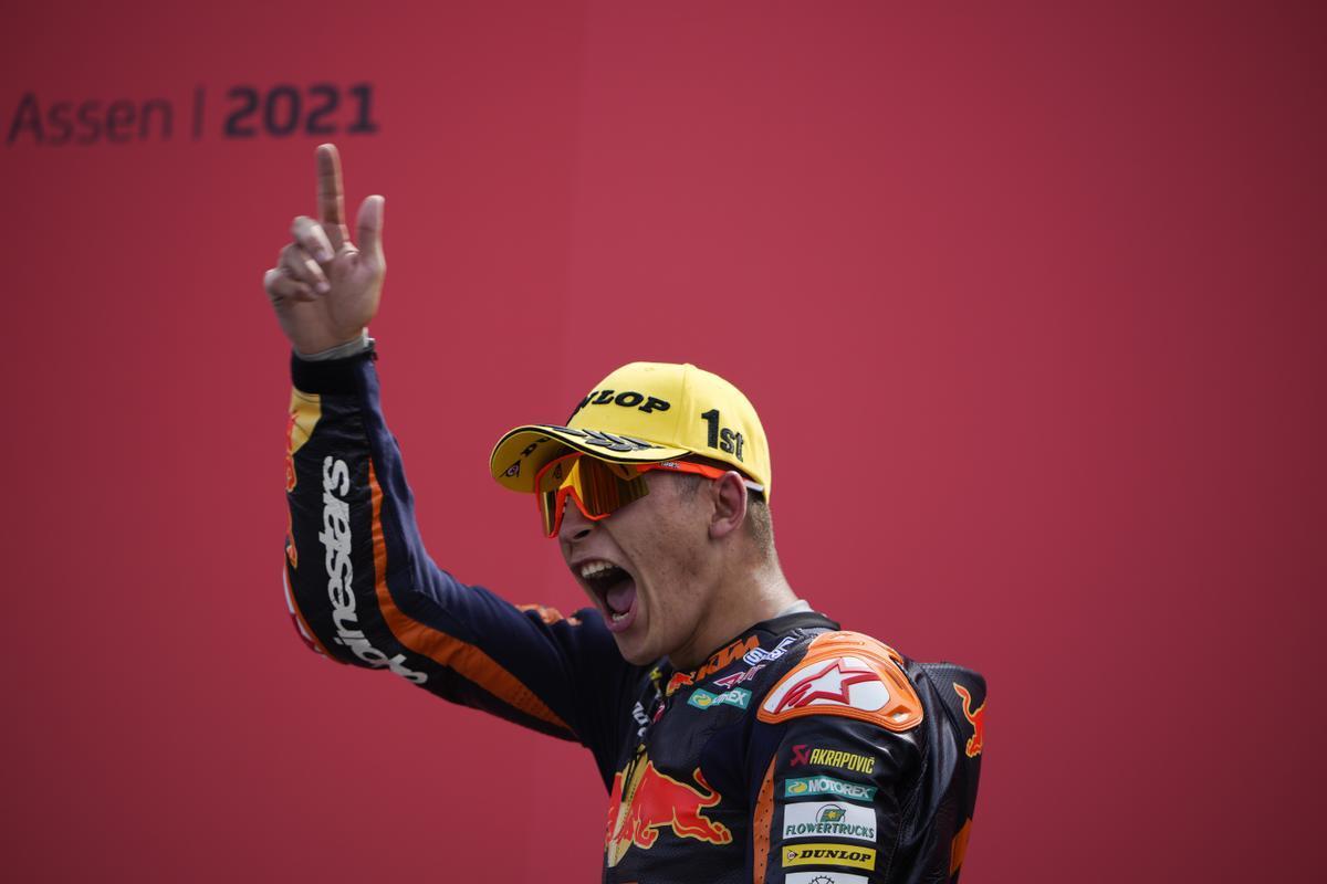El madrileño Raúl Fernández, celebrando su triunfo en Motorland.