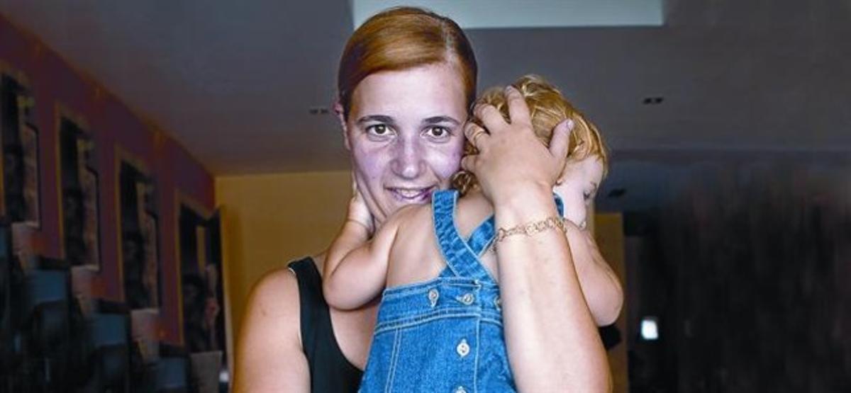 Gemma Botifoll, con su hija Abril, de 14 meses, el viernes pasado, en Sabadell.