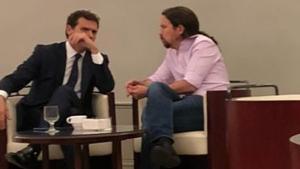 Imagen de archivo de Rivera e Iglesias conversando en el bar del Congreso