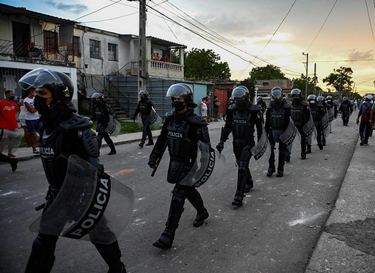 Policías antidisturbios patrullan por las calles de Arroyo Naranjo tras las manifestaciones contra el Gobierno de Miguel Díaz-Canel.