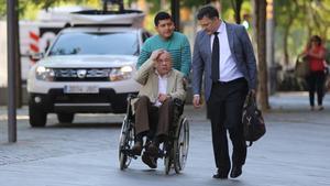 Fèlix Millet llega a la Ciutat de la Justícia junto a su abogado Abraham Castro (con corbata), este martes.