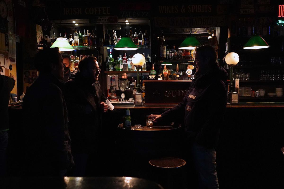 La Comunitat de Madrid avança el tancament de bars i comerços a les 21.00 i el toc de queda, a les 22.00