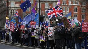 Partidarios y contrarios al 'brexit' ante el Parlamento europeo.