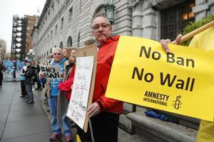 Manifestantes protestan en contra de la prohibición de viajar a Estados Unidos de ciudadanos de siete países musulmanes.