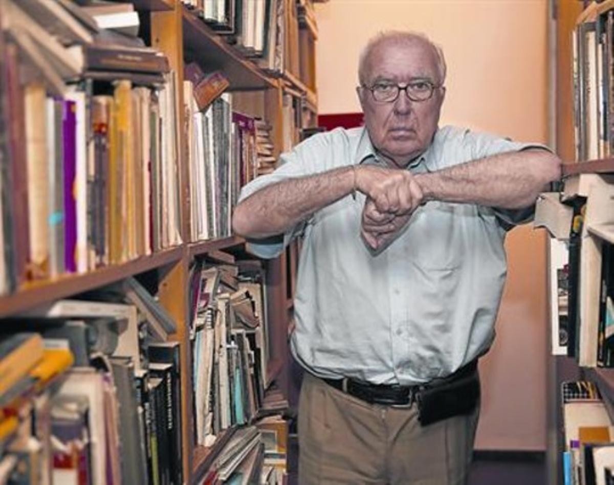 Román Gubern, en la biblioteca de su domicilio de Barcelona,el miércoles.