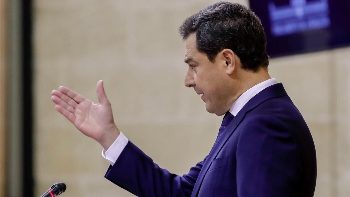 El presidente de la Junta de Andalucía, Juan Manuel Moreno Bonilla, durante el discurso de investidura en el parlamento regional.