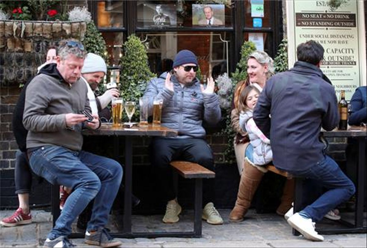 Els britànics celebren la reobertura de pubs i botigues després de més de tres mesos de tancament