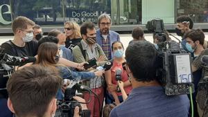 Sara Mingorría, de la plataforma Zeroport, durante la atención a los medios de este miércoles a las puertas de Esade