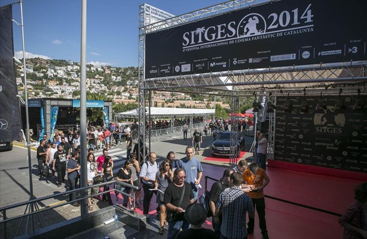 Ambiente y colas a la entrada del Festival de cine de Sitges.