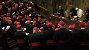 El Papa llegeix una oració a l'inici de la cimera de cardenals per abordar els casos de pederàstia, el novembre del 2010 al Vaticà.