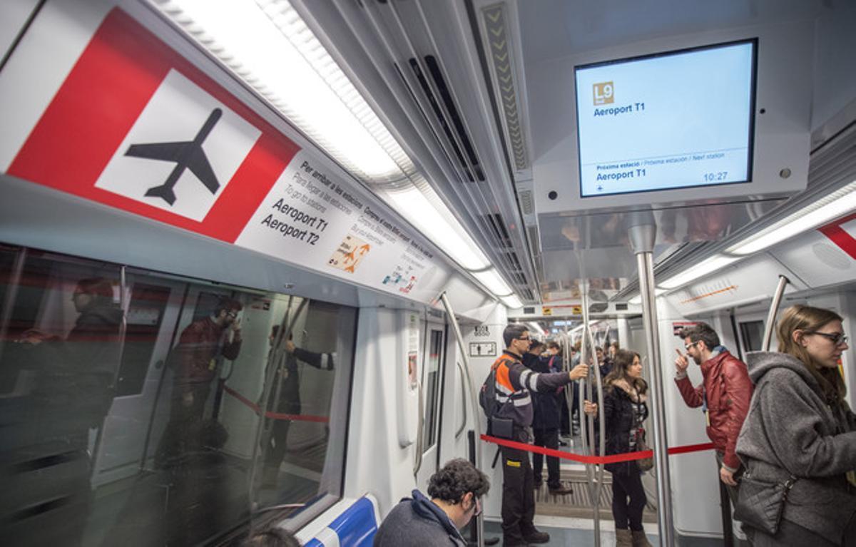Interior de uno de los vagones de la L9 Sur del metro.