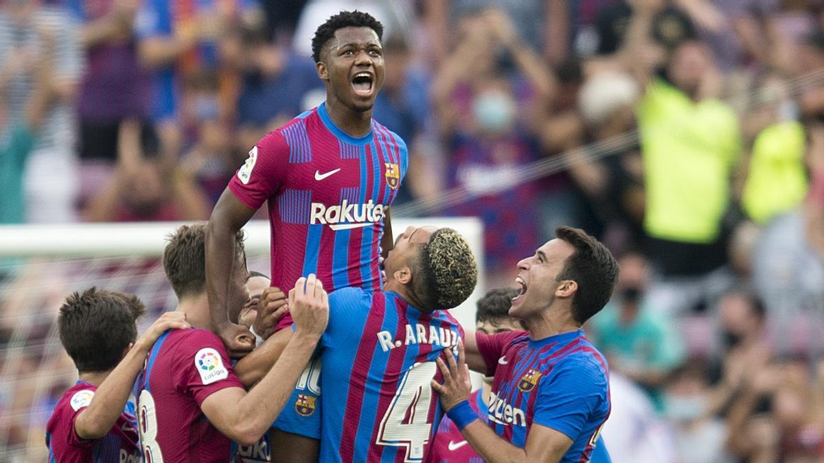 Ansu Fati felicitado por sus compañeros tras anotar el tercer gol ante el Levante