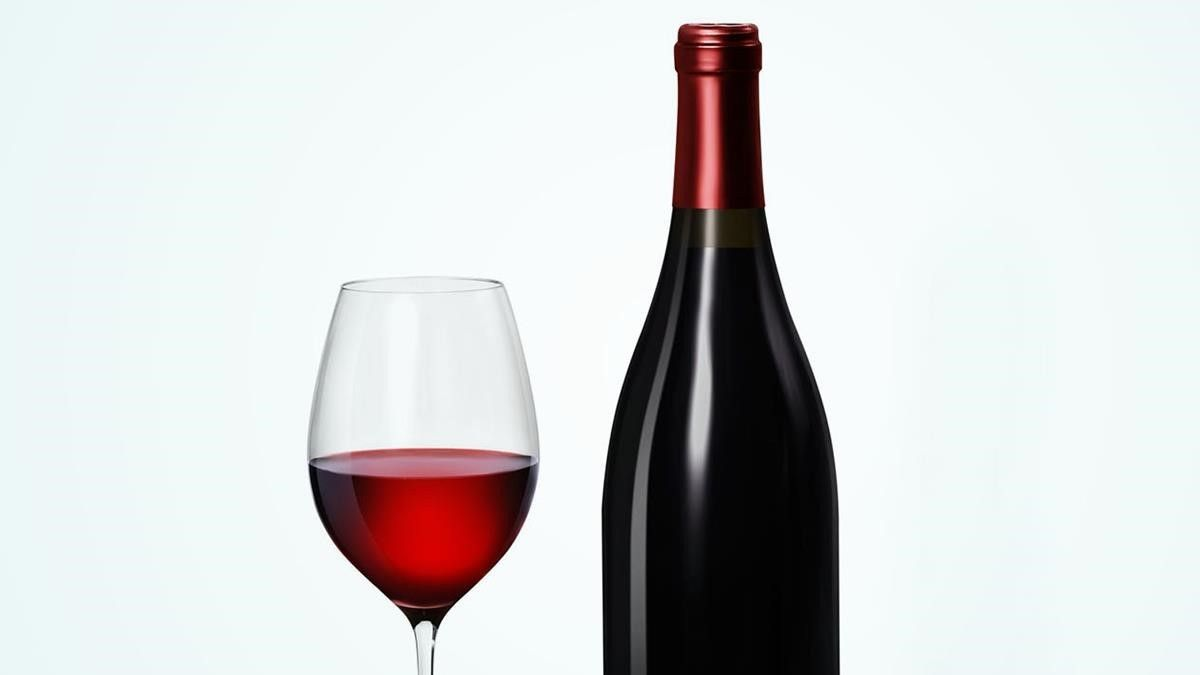 Una botella y una copa de vino.