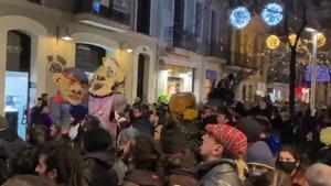 Un centenar de personas celebran una fiesta ilegal okupa en el barrio de Gràcia de Barcelona