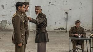 El actor, director y productor George Clooney, en la serie 'Trampa 22'.