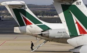 Un empleado de Alitalia desciende de un avión de la compañía en el aeropuerto romano de Fiumicino.