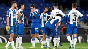 Los jugadores del Espanyol lamentan la derrota ante el CSKA.