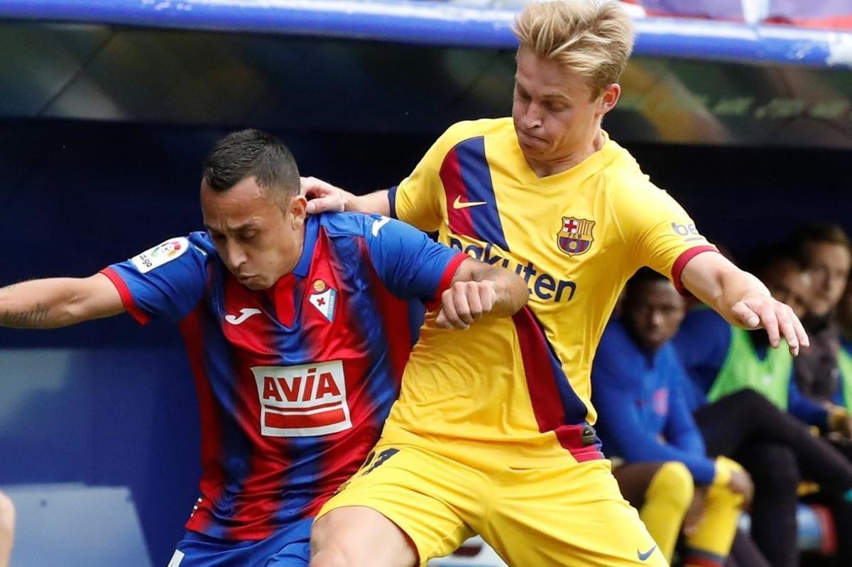 De Jong pugna con Orellana por el control de un balón en Ipurua