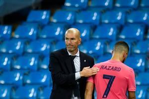 Zidane saluda a Hazard tras ser cambiado en el partido de Champions ante el Manchester City.