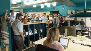 Visita de los estudiantes de MBA a la sede barcelonesa de Airbnb, este martes.