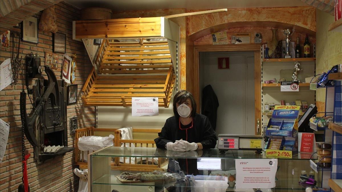 Montse, en la panadería de Terrades.
