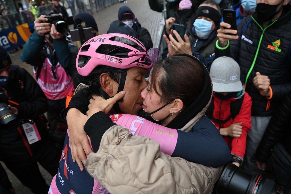 Egan Bernal besa a su novia María Fernanda, en la meta de Cortina d'Ampezzo.