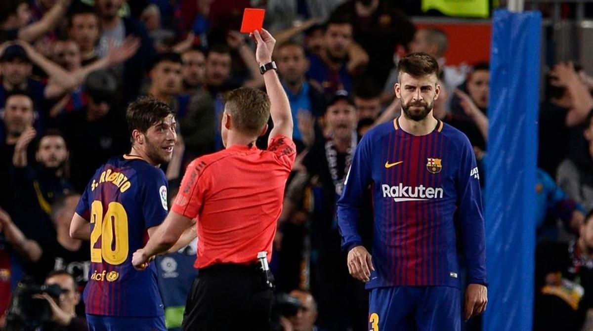 Hernández Hernández expulsa a Sergi Roberto, en presencia de Piqué, en el clásico del Camp Nou del pasado 6 de mayo.