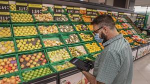 Un responsable de Mercadona controla con una tableta la evolución en tiempo real de las ventas y el estoc.