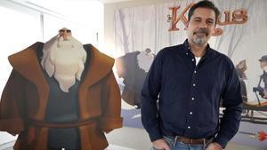 Sergio Pablos, director de 'Klaus', con un cartel de la película.