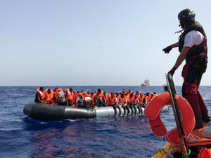 Tripulantes del 'Ocean Viking' rescatan a migrantes en aguas del Mediterráneo, ante las costas de Libia, este sábado.