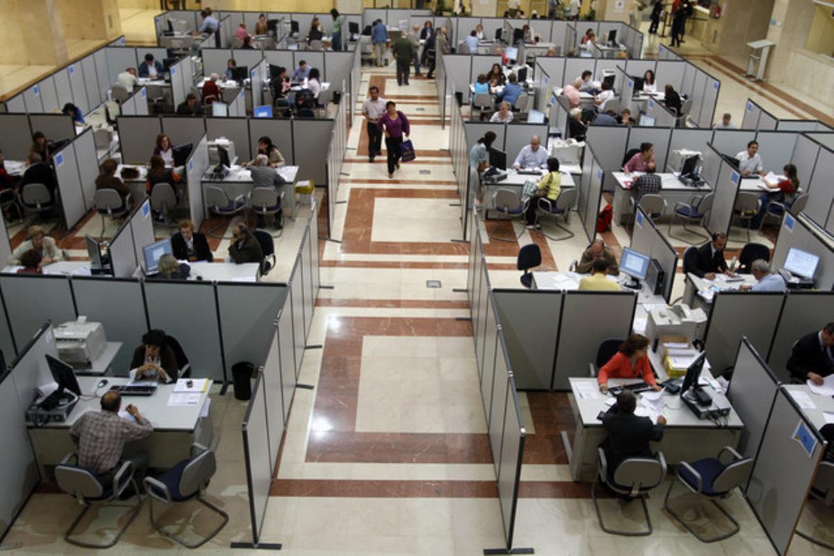 REBAIXA DE L'IRPF. Una oficina d'Hisenda, durant la campanya de la renda.