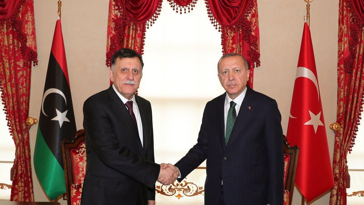 Encuentro entre el primer ministro del Gobierno libio del GNA,Fayez al-Sarraj (izquierda), y el presidente de Turquía,Recep Tayyip Erdogan (derecha); durante una cumbre en Estambul.