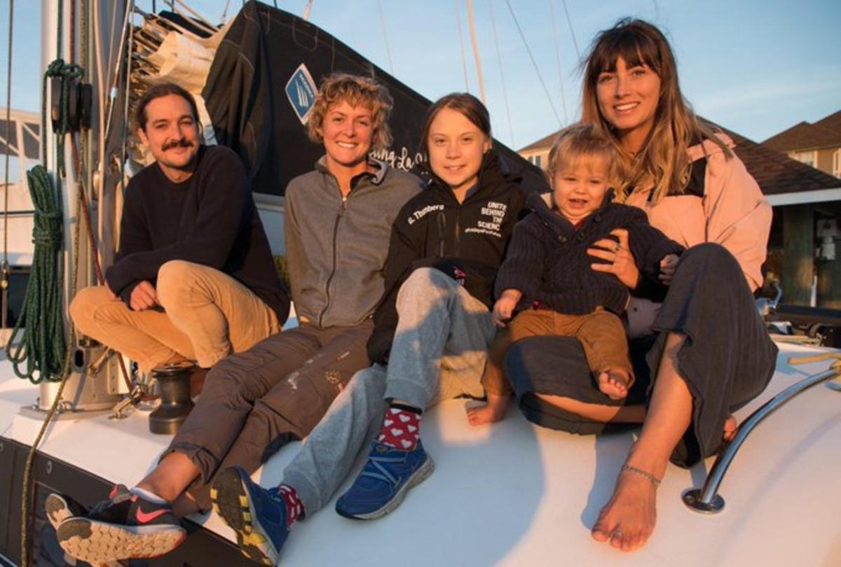 Greta Thunberg con sus anfitriones de barco.