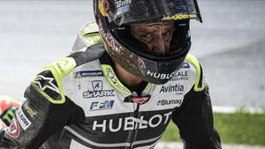 El francés Johann Zarco (Ducati) abandona, muy afectado, el lugar del accidente.