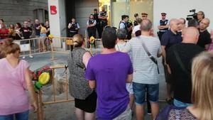 Vecinos de la Barceloneta protestan frente a la comisaría del barrio por el incivismo y la inseguridad.