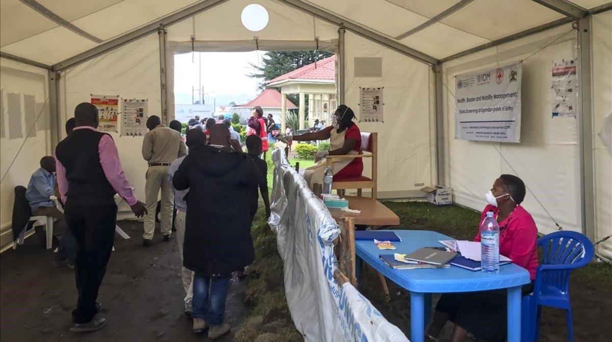 Puesto de control de detección del ébola en el cruce de la frontera de Uganda con el Congo.