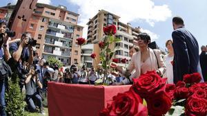 La parlamentaria de EH BilduMaddalen Iriarte deja una rosa para recordar el secuestro y asesinato de Miguel Ángel Blanco.